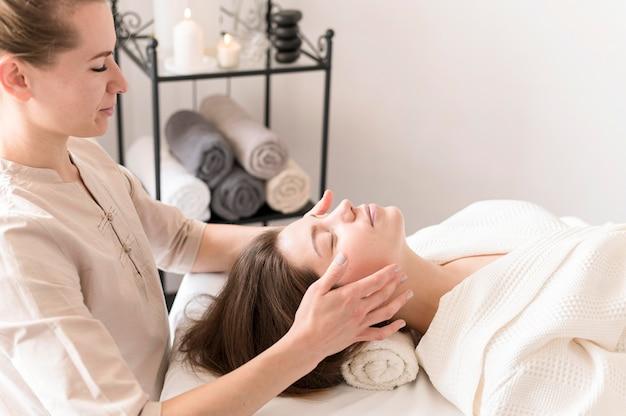 Женщина массажа клиента