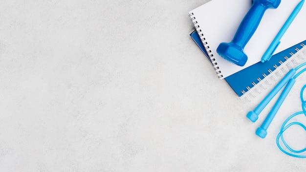 Концепция фитнес с голубой прыжки через скакалку