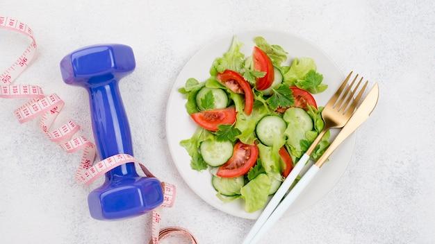Вид сверху полезный салат на тарелке