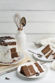 Кусочки торта на белой тарелке