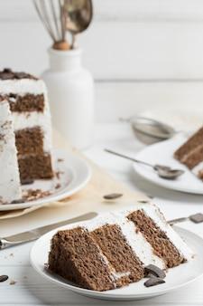 Кусочек торта на белой тарелке