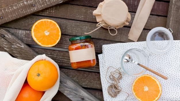 Вид сверху свежие фрукты и домашнее апельсиновое варенье