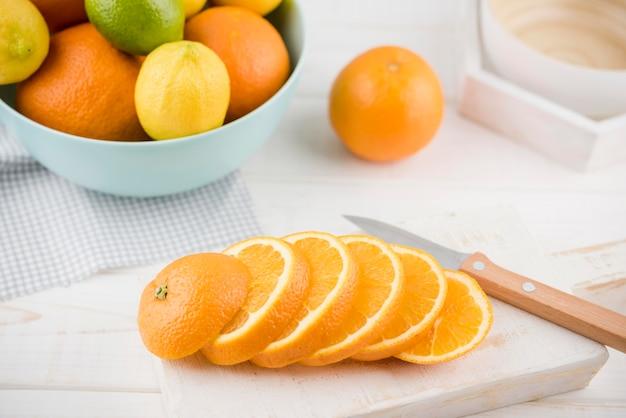 Крупным планом вкусные апельсиновые дольки на столе