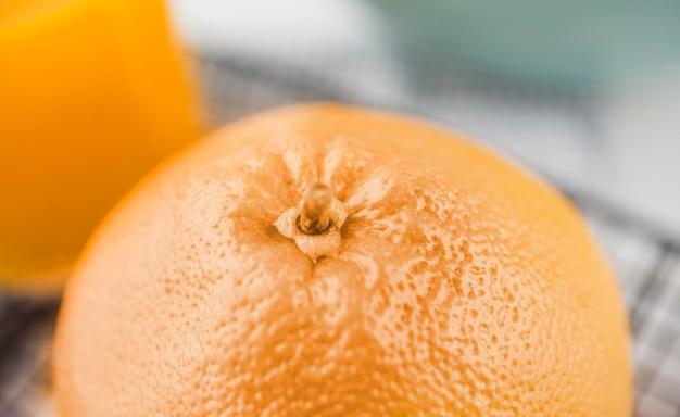 Макро органический апельсин на столе