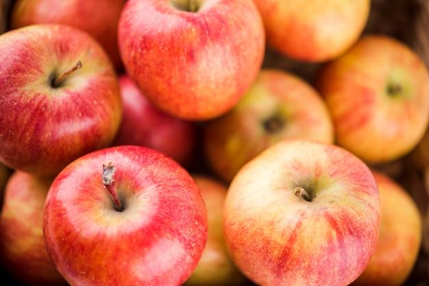 Крупным планом вкусные яблоки готовы быть поданы