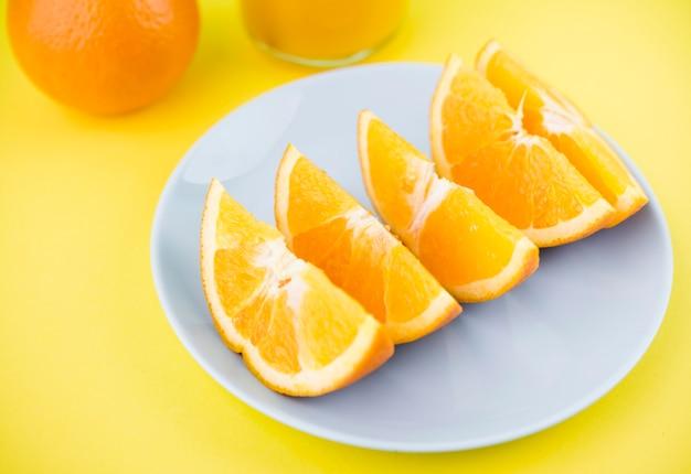 Крупным планом органических апельсиновые дольки на тарелке