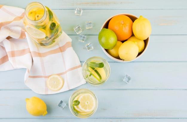 Вид сверху коллекция органических фруктов на столе
