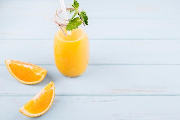 コピースペースとクローズアップのおいしいオレンジジュース
