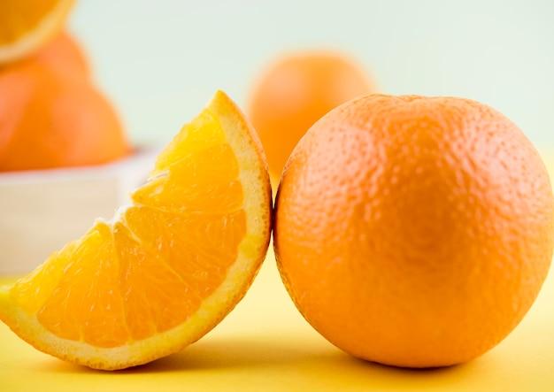 Аппетитный апельсин крупным планом готов к употреблению