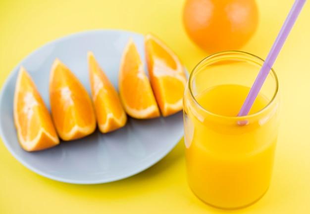 テーブルの上のクローズアップのおいしいオレンジジュース