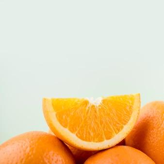 Крупный план органических апельсинов с копией пространства