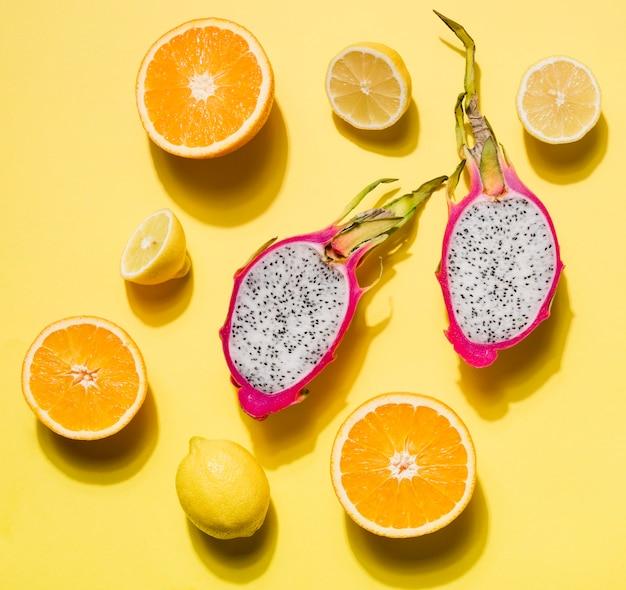 Вид сверху органический плод дракона с апельсином