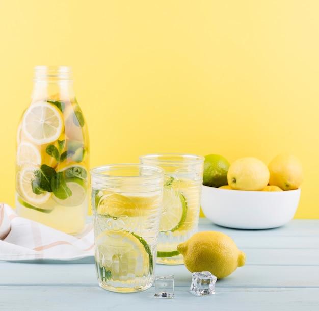 Свежий домашний лимонад готов к употреблению