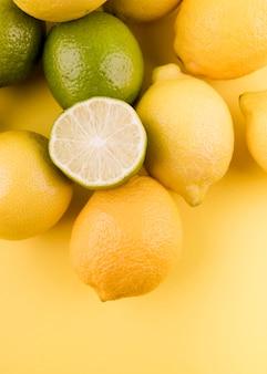 Вид сверху расположение органических лимонов и лайма