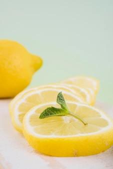 Макро органические ломтики лимона с мятой