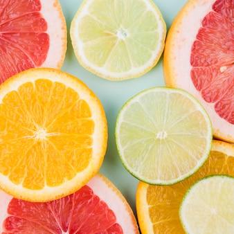 Вид сверху на расположение вкусных фруктов