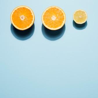 Вид сверху органических апельсинов с копией пространства
