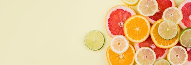 Вид сверху расположение органических фруктов с копией пространства