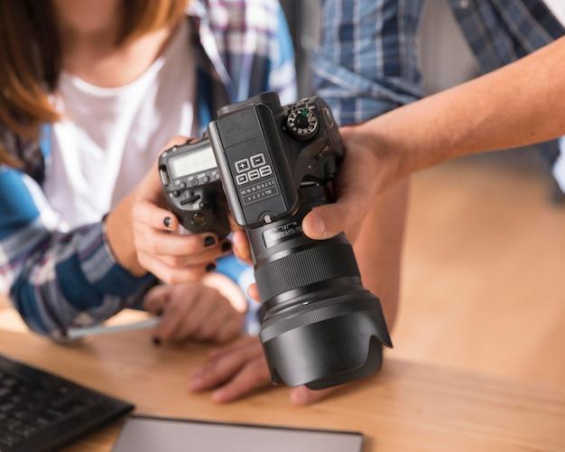 Люди смотрят на фотографии на камеру
