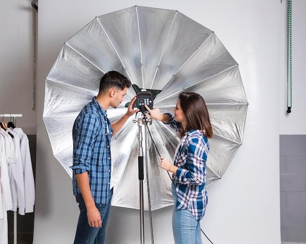 Люди готовят оборудование для фотосессии