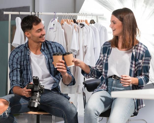 Люди, держащие чашки кофе в студии