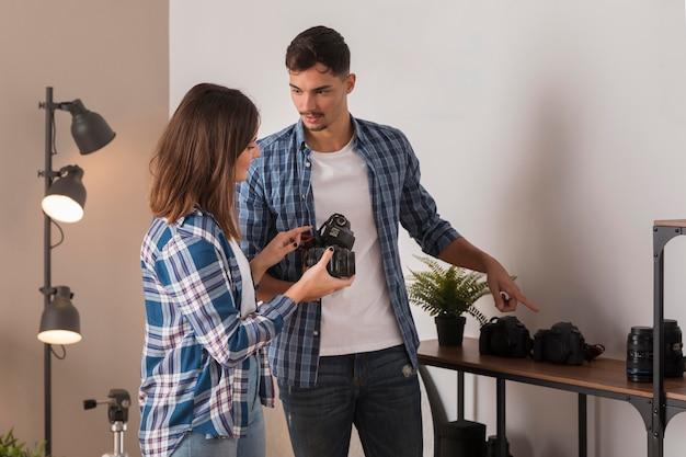 Люди вместе выбирают объектив для своей камеры