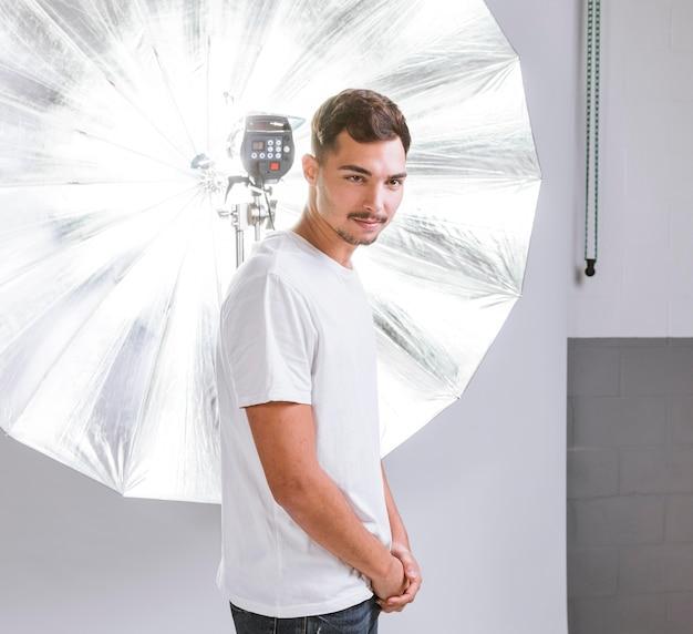 Красивый мужчина позирует в студии