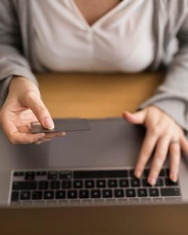 ノートパソコンで自宅で仕事の女性