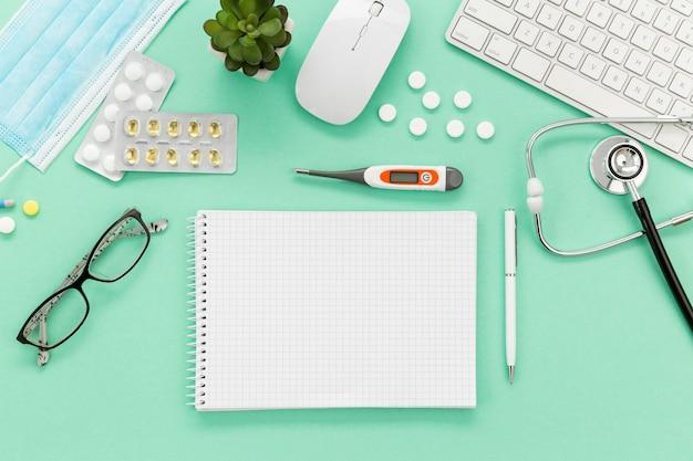 机の上のノートと薬