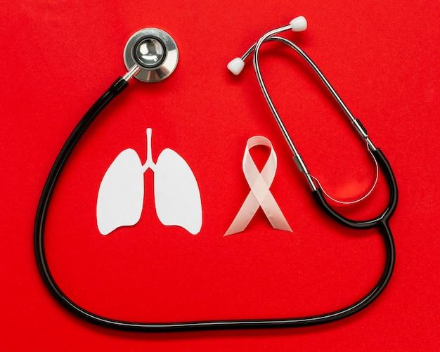 テーブルの上の聴診器で肺紙の形状