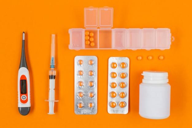 薬と机の上の温度計
