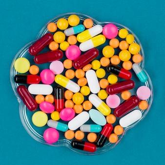 テーブルの上の薬と一緒にボウルします。