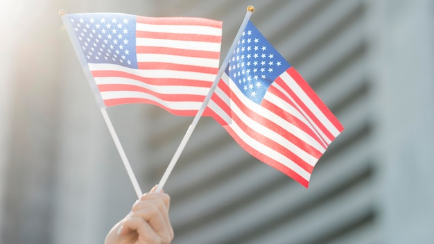 Флаги сша держатся за руки