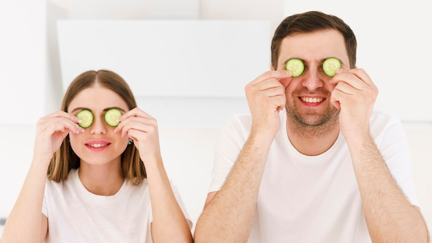 Пара с огуречной маской для глаз