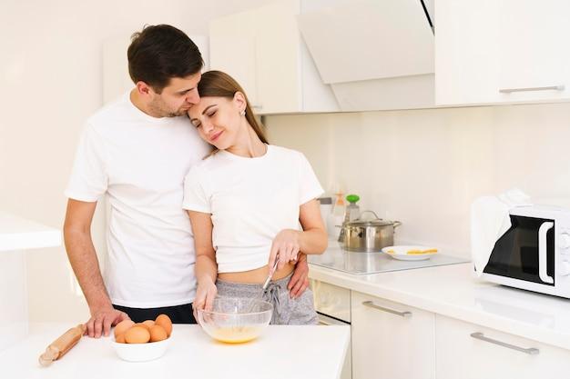 Пара делает тесто