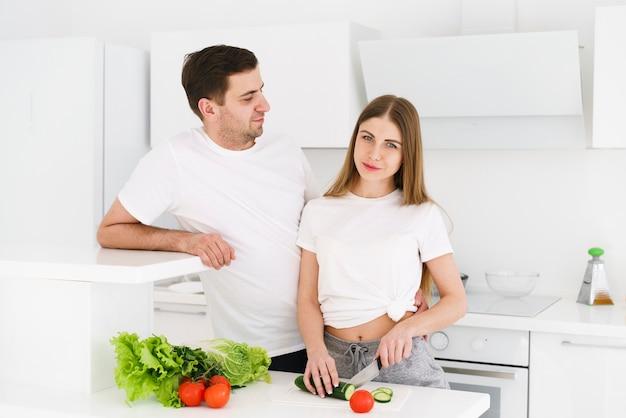 Пара готовит салат вместе