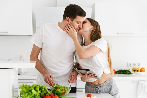 Пара целуется во время приготовления