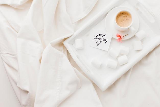 ベッドの中でコーヒーが付いている皿