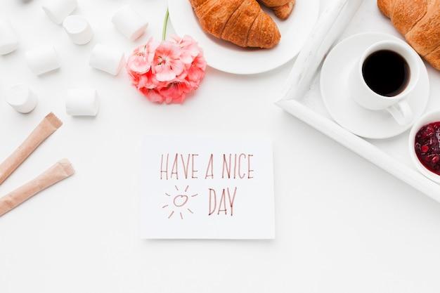 一杯のコーヒーとクロワッサンの朝食