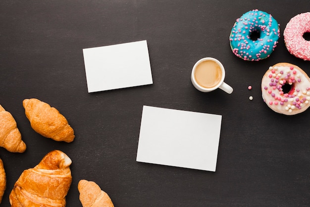Кофе с пончиками и круассаном