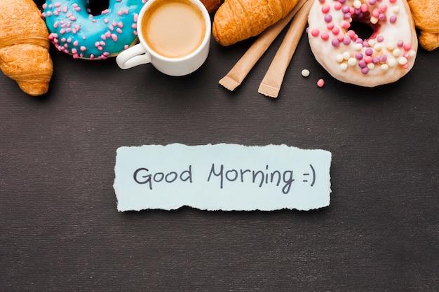 Вкусный завтрак с круассанами и пончиком