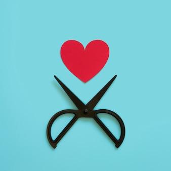Бумажное сердце и ножницы