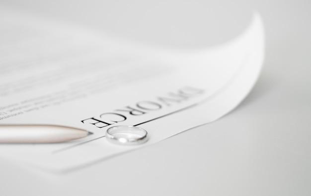 テーブルの上のリングとのクローズアップの離婚契約