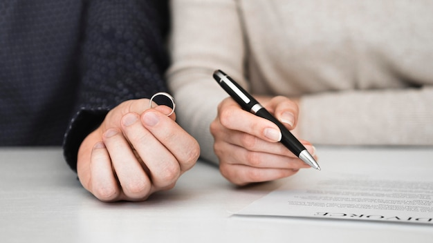 Пара подписывает бракоразводный договор