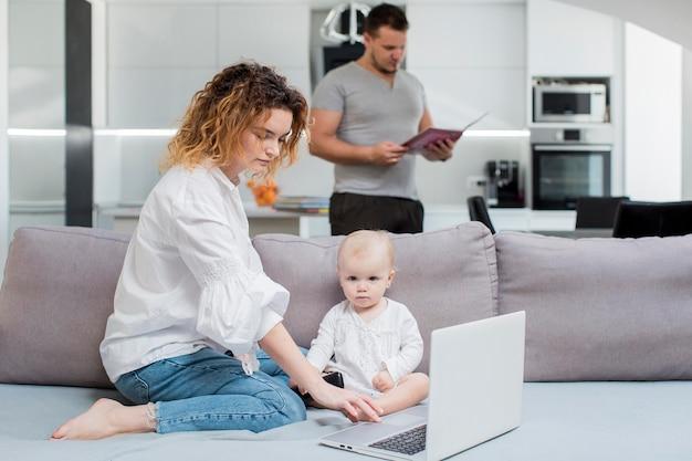 自宅で働くミディアムショットの両親