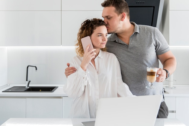 夫の妻の頭にキス