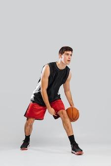若い男がバスケットボールをプレー