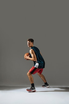バスケットボールをしている背の高い若い男