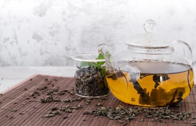 正面のティーポットで健康的な有機茶