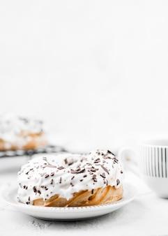 Глазированный пончик на тарелке